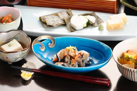 五箇山豆腐と柚子、庄川ならではの酢の物。